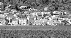 De privé bouw door de Adriatische kust in zwart-wit Kroatië stock afbeelding