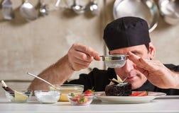 De privé chef-kok die van het restauranthotel de cake van de dessertchocolade voorbereiden Stock Afbeeldingen