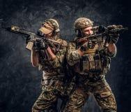 De privé contractanten van de veiligheidsdienst, de elite speciale eenheid die, volledige beschermende militairen naar de doelste royalty-vrije stock foto