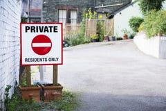 De privé ingezetenen ondertekenen slechts bij parkeerterreiningang royalty-vrije stock afbeelding