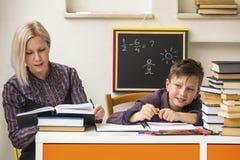 De privé-leraar onderwijst een schooljongen vóór examens helping Royalty-vrije Stock Foto