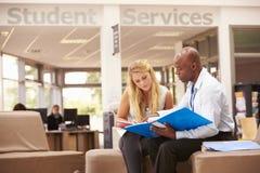 De Privé-leraar To Discuss Work van Studenthaving meeting with Royalty-vrije Stock Foto