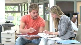 De Privé-leraar To Discuss Work van Studenthaving meeting with stock videobeelden