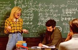 De privé-leraren vullen verschillende rol dan leraren en ouders De lerarenreputatie is gouden Terug naar School Het universitaire stock foto