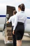 De Privé Straal van stewardessand pilot boarding royalty-vrije stock fotografie