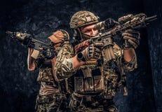 De priv? contractanten van de veiligheidsdienst, de elite speciale eenheid die, volledige beschermende militairen naar de doelste stock afbeeldingen