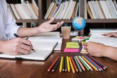 De priv?-leraarboeken met vrienden, Jonge studentencampus of klasgenoten helpt vrienden de achterstand inlopend werkboek en het l royalty-vrije stock foto's