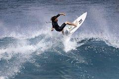 De pro As die van Surfer Reubyn in Hawaï surft stock foto