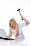De problemen van de computer met een hamer en laptop Stock Foto