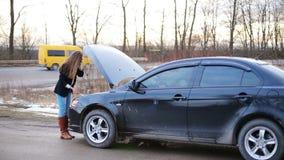 In de problemen van het meisje met auto stock footage