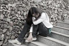 De problemen van tienerjaren. Jonge vrouw alleen bij stad Stock Afbeeldingen