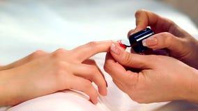 De procedure om spijkers in de kuuroordsalon te schilderen Manicureprocedure in de schoonheidssalon De procedure van de kuuroordm stock footage