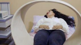 De procedure van magnetotherapy in kliniek stock video