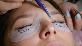 De Procedure van de wimperuitbreiding Het oog van de vrouw met lange wimpers stock video