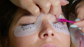 De Procedure van de wimperuitbreiding Het oog van de vrouw met lange wimpers stock videobeelden