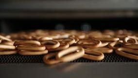 De producten van de bakkerij Vers gebakken ongezuurde broodjes stock videobeelden