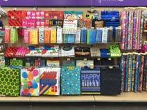 De producten van de giftverpakking bij planken het verkopen Stock Afbeeldingen