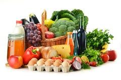 De producten van de kruidenierswinkel met inbegrip van groenten, vruchten, zuivelfabriek en dranken stock afbeelding