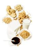De producten van de soja die op wit worden geïsoleerdn Stock Foto's