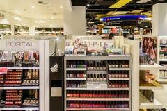 De Producten van het vrouwennagellak voor Verkoop in Schoonheidsmiddelenwinkel Stock Foto