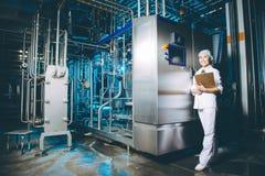 De productie van de melkfabriek stock afbeeldingen
