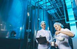 De productie van de melkfabriek royalty-vrije stock afbeeldingen