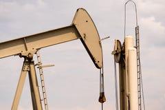 De Productie van oliederrick pump jack fracking energy Stock Afbeeldingen