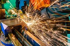 De productie van snijders voor ontvezelmachines ligt op de tekening, het scherpe hulpmiddel om toestellen, toestellen op een male royalty-vrije stock fotografie