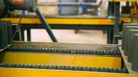 De productie van straatstenen bij de installatie stock videobeelden