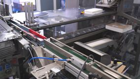 De productie van de tabletpil productie van tabletten bij de fabriek stock video