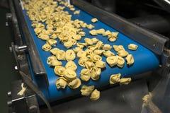 De productielijn van Tortellinideegwaren Stock Afbeeldingen