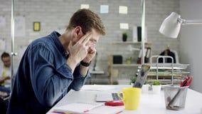 De productieve zakenman die het achter het eindigen bureauwerk aangaande laptop leunen, efficiënte manager stelde met vergadering stock video