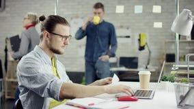 De productieve zakenman die het achter het eindigen bureauwerk aangaande laptop leunen, efficiënte manager stelde met vergadering stock footage