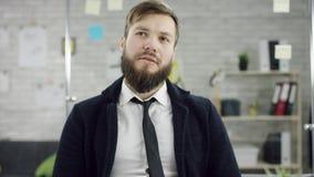 De productieve zakenman die het achter het eindigen bureauwerk aangaande laptop leunen, efficiënte manager stelde met vergadering stock videobeelden