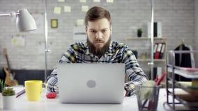 De productieve zakenman die het achter het eindigen bureauwerk aangaande laptop leunen, effici?nte manager stelde met vergadering stock footage