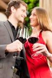 De proevende wijn van de man en van de vrouw in restaurant Stock Fotografie