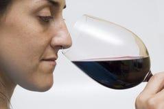 De proevende wijn van de vrouw. Royalty-vrije Stock Foto's