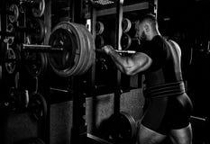 De professionele atleet treft om met een barbell te hurken voorbereidingen Royalty-vrije Stock Foto's