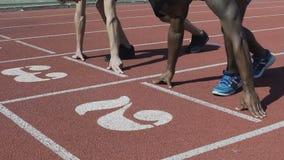 De professionele atleten beginnen gelijktijdig van beginnende lijn, sport te lopen stock video