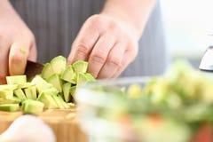 De professionele Avocado van Chef-kokhands chopping exotic royalty-vrije stock afbeelding