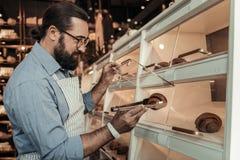 De professionele bakker die van Nice het croissant bekijken royalty-vrije stock foto