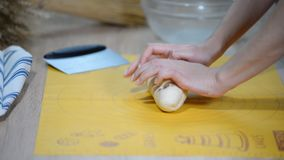 De professionele bakker verdeelt het deeg in gedeelten en weegt hen Proces om brood commercieel bij bakkerij te maken stock video