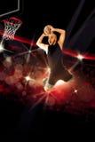 De professionele basketbalspeler maakt een slag in het spel onderdompelen Royalty-vrije Stock Afbeelding