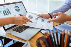 De professionele Bedrijfs toevallige partner die ideeën plant en presentatieproject bij vergadering het werken en analyse besprek stock afbeelding