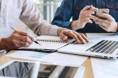 De professionele Bedrijfs toevallige partner die ideeën plant en presentatieproject bij vergadering het werken en analyse besprek stock foto
