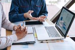 De professionele Bedrijfs toevallige partner die ideeën plant en presentatieproject bij vergadering het werken en analyse besprek royalty-vrije stock afbeelding