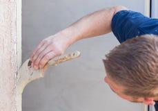 De professionele Borstel van Schilderscutting in with aan de Deur F van het Verfhuis royalty-vrije stock foto
