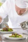 De professionele chef-kok bereidt vleesschotel bij restaurant voor Stock Foto