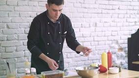 De professionele chef-kok die salade voorbereiden, maakt tot een gezonde organische salade, mengelingen het 4k stock footage