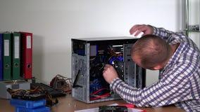 De professionele de mens van de computerhersteller hardware van de bevorderingscomputer stock video